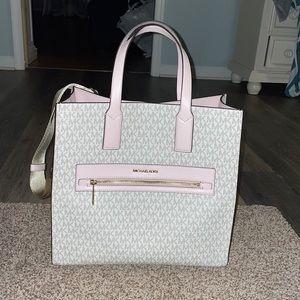 Michael kors bag can be a shoulder bag